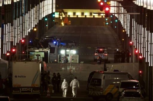 Des équipes de secours et des enquêteurs s'organisent rue de la Loi, après l'attentat dans la station de métro de Maelbeck, le 22 mars 2016 à Bruxelles