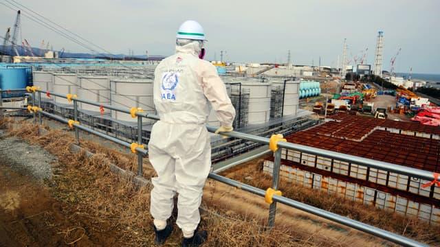Un membre de la mission de l'AIEA inspecte la centrale nucléaire de Fukushima Daiichi à Okuma, dans la province de Fukushima (photo diffusée le 17 février 2015).