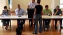 Dans un bureau de vote à Amadora, dans la banlieue de Lisbonne. Les Portugais votent pour des élections législatives censées mettre fin à l'incertitude politique en pleine période d'austérité et de récession. /Photo prise le 5 juin 2011/REUTERS/Jose Manue