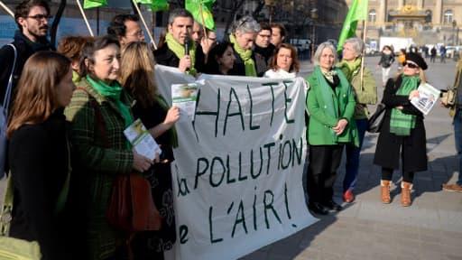 Un rassemblement de candidats EELV à Paris pour dénoncer mercredi les pics de pollution