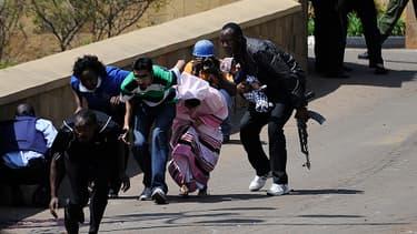 Des otages exfiltrés par des militaires kenyans, samedi 21 septembre 2013, à Nairobi, au Kenya.