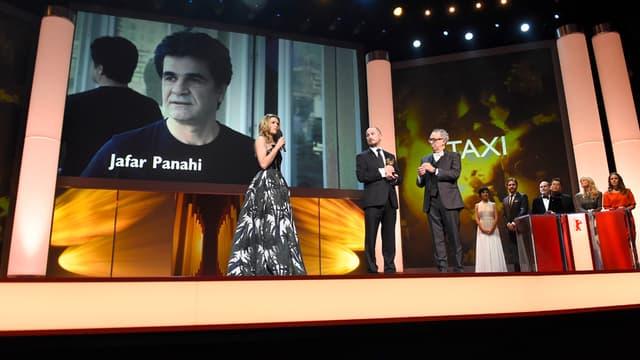 Le cinéaste Jafar Panahi, sous le coup d'une interdiction de voyager à l'étranger, n'a pas pu venir recevoir son prix à Berlin.