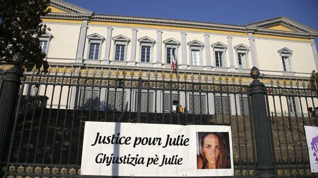 """Une affiche """"Justice pour Julie"""" devant le tribunal judiciaire de Bastia, le 10 juin 2021."""