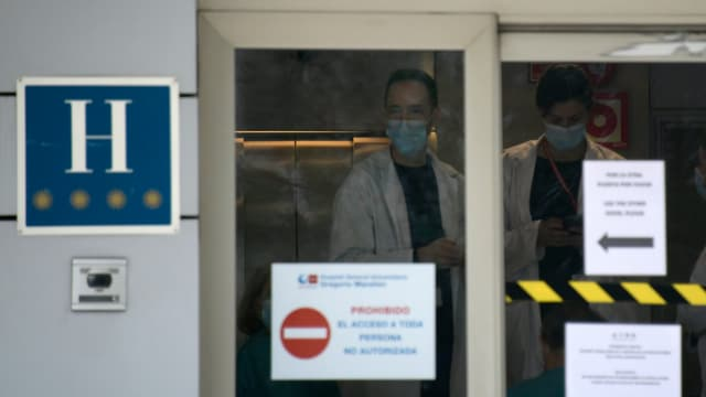 Des soignants portent des masques dans un hôtel de Madrid.