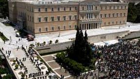 Manifestation devant le parlement grec pour dénoncer le plan d'austérité du gouvernement, dans le cadre d'une nouvelle grève de 24 heures. /Photo prise le 20 mai 2010/REUTERS/Kostas Tsironis
