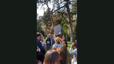 Plusieurs centaines de personnes se sont réunies aux Buttes-Chaumont pour une fête géante.