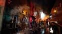 Des pompiers s'efforcent d'éteindre un incendie qui a ravagé une discothèque de la ville de Santa Maria, dans le sud du Brésil, faisant au moins 200 morts. /Photo prise le 27 janvier 2013/REUTERS/Germano Roratto/Agencia RBS