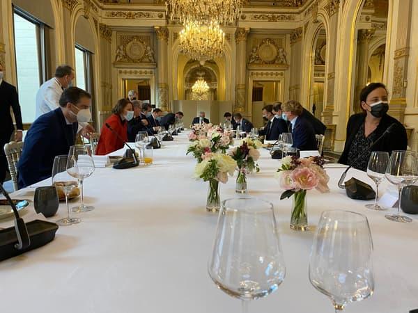 Photos du repas entre Emmanuel Macron et les présidents de groupe à l'Assemblée nationale, mardi 15 décembre 2020.