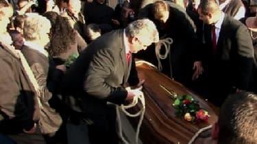 Une foule nombreuse s'est recueillie sur le cercueil de Manitas de Plata.