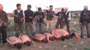 La vidéo montre l'éxécution sommaire de sept soldats du régime de Damas par des rebelles.
