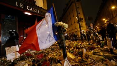 Des hommages devant le Carillon à Paris, le 20 novembre 2015