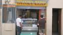 Un commerce de Kebab du centre-ville d'Avignon (Vaucluse). Selon certains commerçants, la taxe-trottoirs imposée par la mairie vise à faire partir des murs de cité papale un certain type de clientèle.