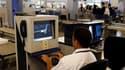 Des journalistes ont pu embarquer sur des vols en France malgré la présence d'une arme démontée en sept morceaux dans leurs bagages, dont le contenu est vérifié sur écran dans les aéroports. /Photo d'archives/REUTERS/Benoît Tessier