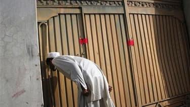 Un homme devant le portail d'entrée de la résidence d'Abbottabad, où vivait Oussama ben Laden. Les Etats-Unis ne disposent d'aucune preuve permettant d'affirmer que le gouvernement pakistanais savait que le chef d'Al Qaïda vivait non loin de la capitale I