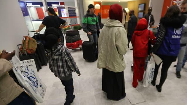 Des réfugiés soudanais arrivent à Roissy-Charles de Gaulle le 18 décembre 2017.