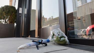 Un bouquet de fleurs déposé devant l'appartement new-yorkais où L'Wren Scott, compagne de Mick Jagger, s'est donné la mort lundi.
