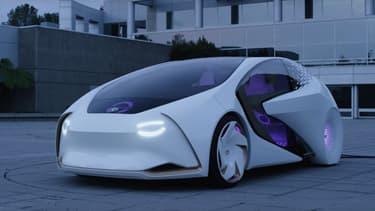 La Toyota Concept-i cligne des yeux, enfin des phares, un moyen de rassurer les piétons et cyclistes aux alentours quand elle roule en mode autonome.