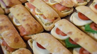 Le Royaume-Uni envisage d'interdire de manger et de boire dans les transports en commun pour lutter contre l'obésité.