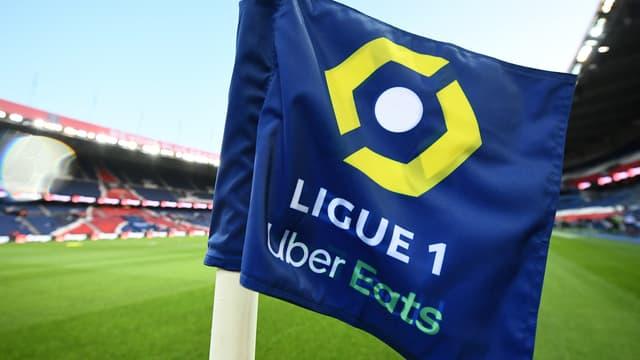 Un drapeau avec le logo de la Ligue 1