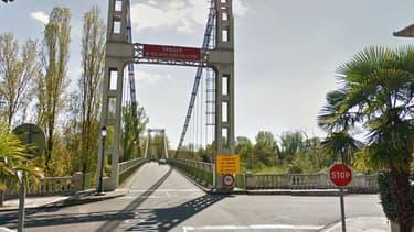 Un pont s'effondre au nord de Toulouse: un camion et une voiture tombent dans le Tarn