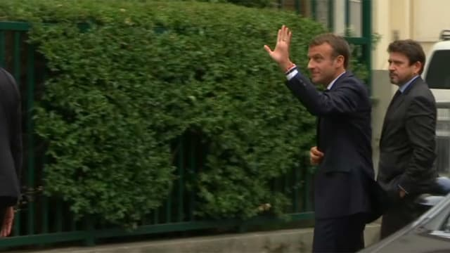Emmanuel Macron devant le domicile de Josette Audin ce jeudi.