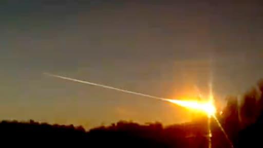 Une des météorites qui s'est abattue vendredi sur la Russie, faisant au moins 250 blessés.