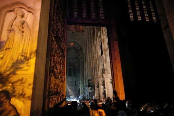 L'incendie à Notre-Dame de Paris vu de l'intérieur.