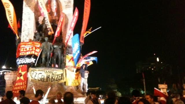 Les manifestants étaient encore nombreux mardi soir place Taksim à Istanbul.
