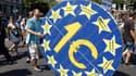 Un manifestant attribue la responsabilité de nombreux maux de l'économie espagnole à l'euro