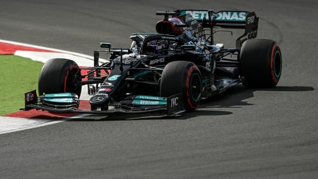 Lewis Hamilton au volant de sa monoplace Mercedes sur le circuit urbain d'Istanbul Park, le 8 octobre 2021