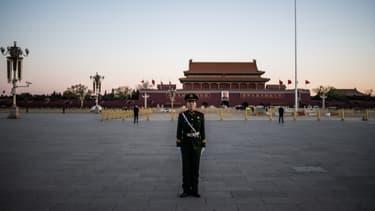 Photo du'n militaire sur la place Tiananmen, près de la Cité Interdite, à Pékin