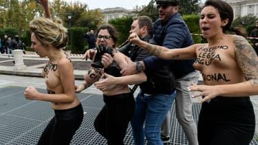 Membres des FEMEN écartées de la manifestation des nostalgiques de Franco à Madrid le 18 novembre 2018.