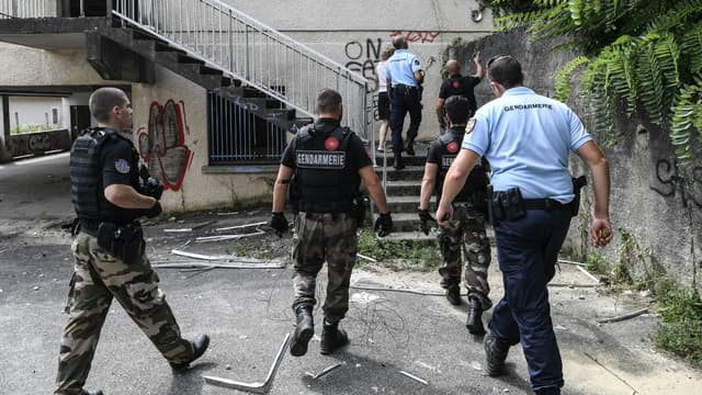 Des gendarmes fouillent une maison abandonnée près de l'endroit où a disparu Maëlys, le 30 août 2017 près de Pont-de-Beauvoisin.