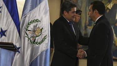 Les présidents hondurien, Juan Orlando Hernandez (à gauche), et guatémaltèque, Jimmy Morales (à droite).