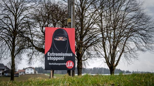 Une affiche de l'initiative anti-burqa, votée ce dimanche par les Suisses
