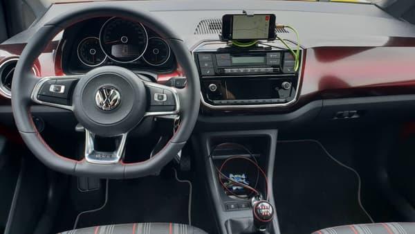 L'intérieur de la up! avec son porte-smartphone intégré qui fait très bien l'affaire.
