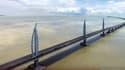 Cet ouvrage comprend une série de ponts et de tunnels de 55 km franchissant l'estuaire de la Rivière des Perles entre Hong Kong et Macao.