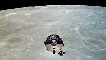 Le module de commande Apollo 10, piloté par l'astronaute John Young, est photographié depuis le module lunaire du vaisseau le 22 mai 1969.