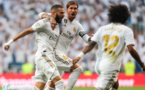 Karim Benzema (à gauche) célèbre un de ses buts avec le Real avec Sergio Ramos et Marcelo