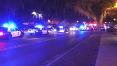 Des voitures de police déployées devant l'université de Floride.
