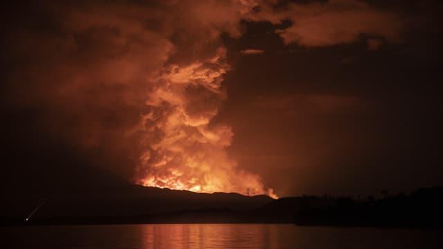 Le volcan Nyiragongo vu depuis le lac Kivu