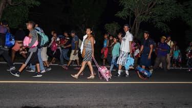Des milliers de migrants honduriens ont repris leur périple à pied lundi à travers le Mexique dans l'espoir d'atteindre Etats-Unis.