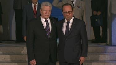 François Hollande et Joachim Gauck, se sont donné dimanche une longue accolade pour célébrer l'amitié entre leurs deux pays.