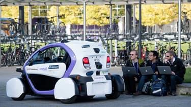 Des techniciens analysent les données issues d'un véhicule autonome en octobre 2016, dans une zone piétonne située à Milton Keynes, au nord de Londres.