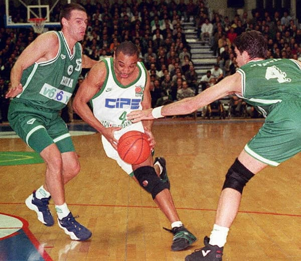 Le Villeurbannais Delaney Rudd (en blanc) face au Panathinaïkos en 1996