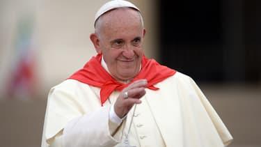Le Pape François salue la foule lors d'une prise de parole publique au Vatican, le 4 août 2015.