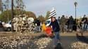 Environ 300 ostréiculteurs ont déversé des tas de coquilles d'huîtres sur le pont de l'Alma, non loin des Champs-Elysées, à Paris, pour interpeller les pouvoirs publics sur les difficultés de leur profession. /Photo prise le 5 mai 2010/REUTERS/Benoît Tess