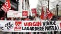 Des salariés de Virgin France manifestent, ce mardi, devant le Megastore des Champs-Elysées.