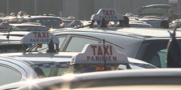 Les taxis protestent contre la concurrence des voitures de tourisme avec chauffeurs
