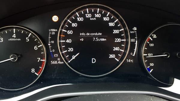 Cette Mazda 3, sur notre version 'Exclusive', se montre globalement, très bien équipée, avec notamment une vision 360°, des phares à LED adaptatifs très efficaces en mode automatique, ou encore la reconnaissance d'obstacle en marche avant et arrière (de série dès le 2e niveau de finition).